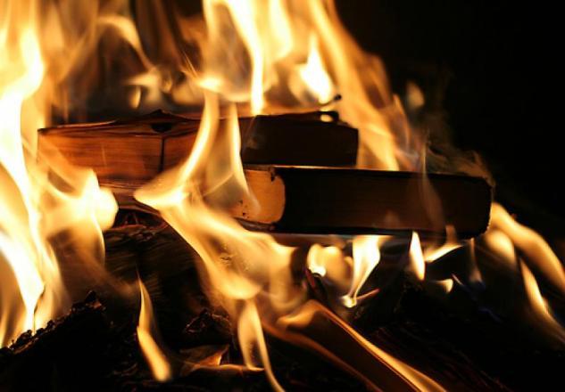 Alcuni libri dati alle fiamme. La fine che fanno tutti i testi nel romanzo di Ray Bradbury