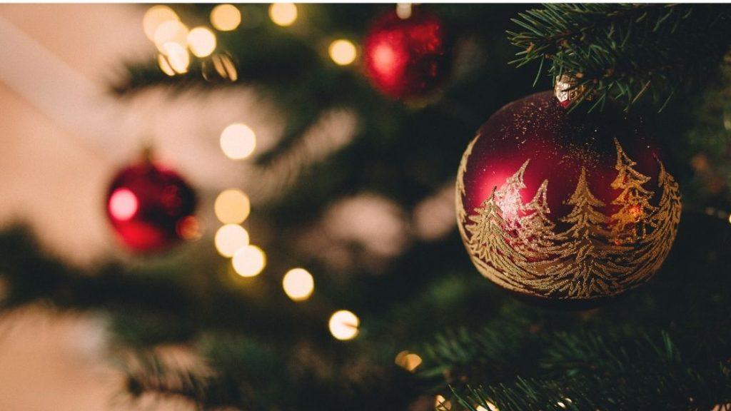 Luci e globi decorati addobbano il tradizionale albero di Natale