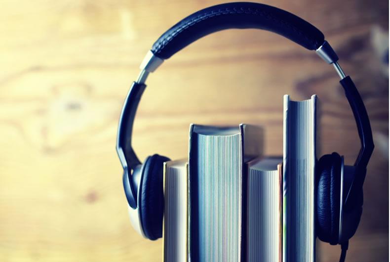 Immagine di alcuni libri con cuffia