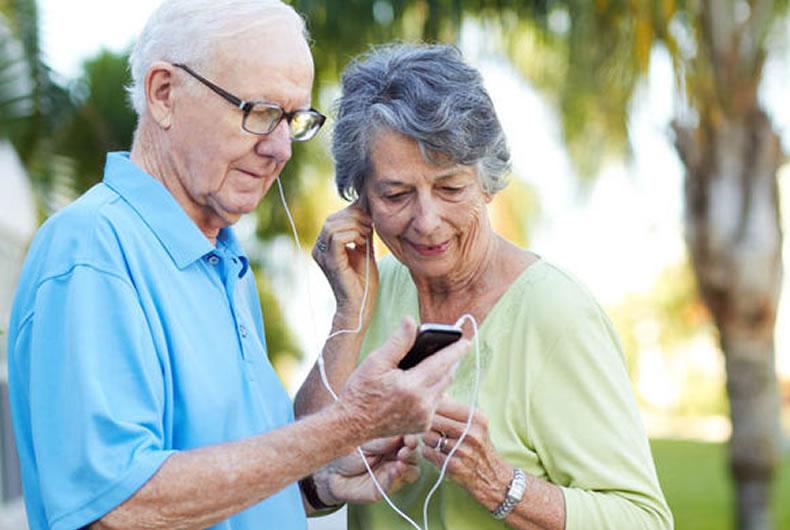 Immagine di due anziani che ascoltano audioibri