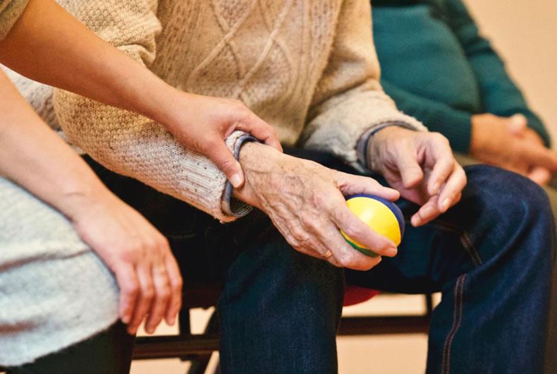 Immagine di assistenza ad un anziano