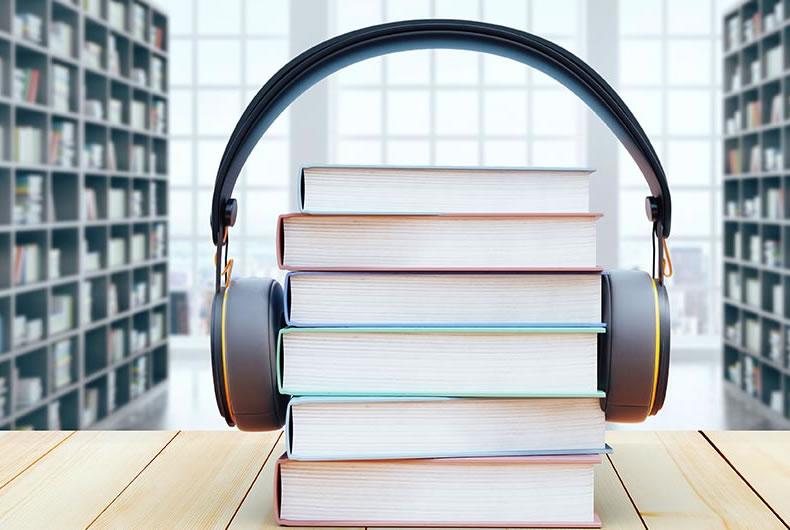 Pila di libri con cuffie per personalizzazione registrazione di audiolibri