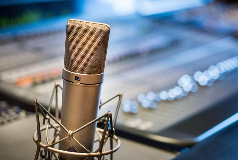 Immagine di un microfono e di un mixer professionali