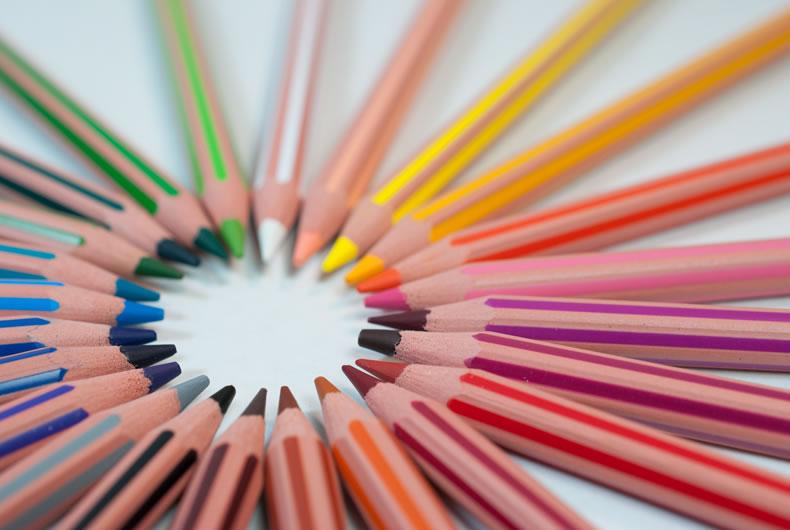 Immagine di matite colorate in cerchio