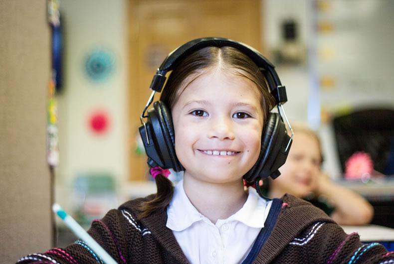 Immagine di una bambina che ascolta gli audiolibri