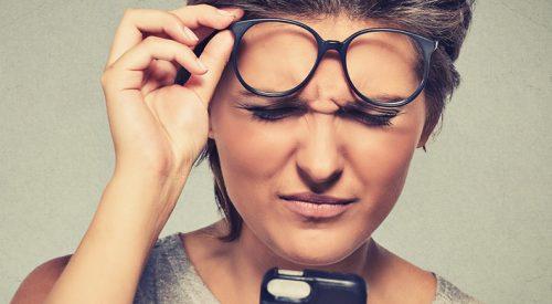 Immagine di una donna che legge con difficoltà