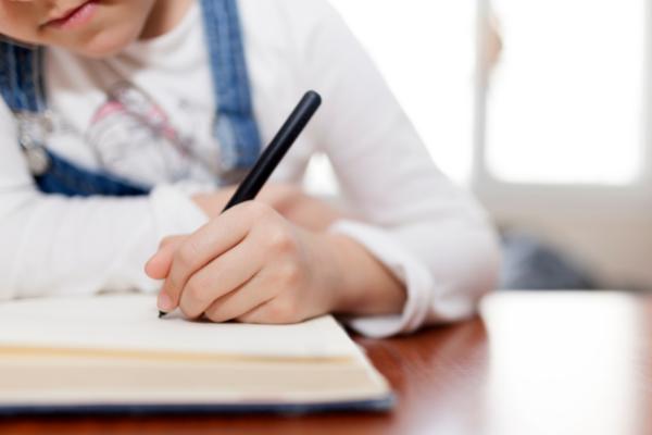 Una bambina impegnata a fare i compiti