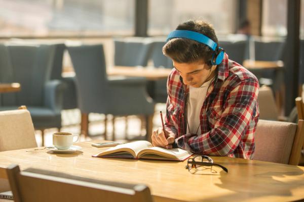 Un ragazzo studia mentre ascolta