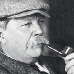 Sir Arthur Conan Doyle fuma la pipa