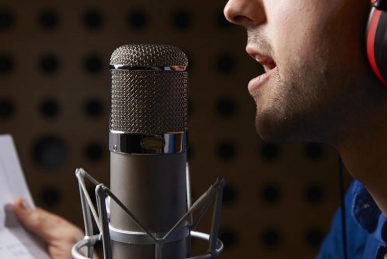Un donatore di voce registra un audiolibro