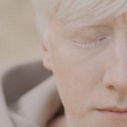 Primo piano di un ragazzo albino