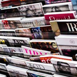 Alcune riviste esposte in edicola. Il CILP propone settimanali e mensili in formato audio