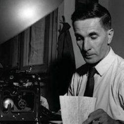 Dino Buzzati alla macchina da scrivere